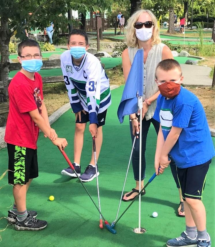 Mini Golf @ Parksville   Canucks Autism Network Family Experience